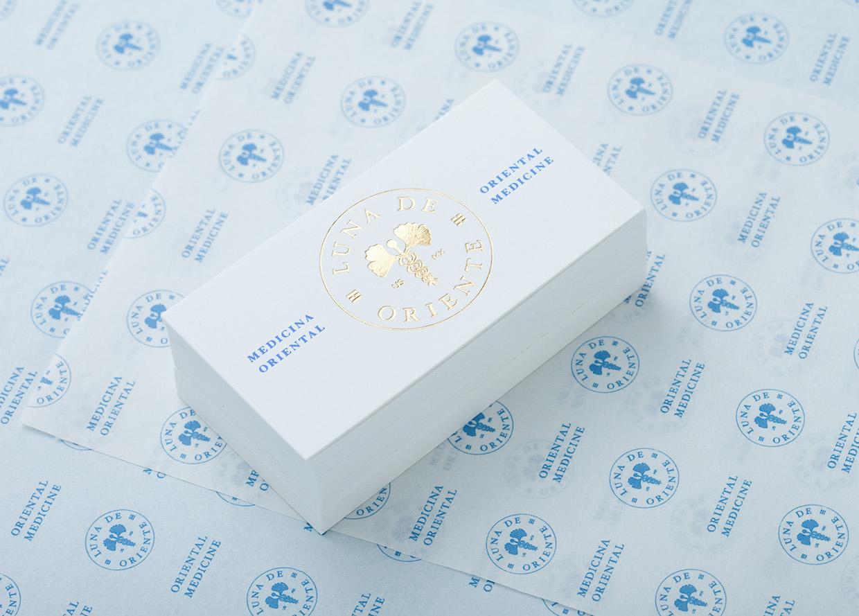 białe wizytówki ze złotym hotstampingiem